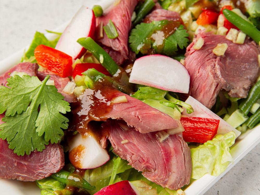 Листья салата со сладким перцем, огурцами, телятиной и имбирным соусом