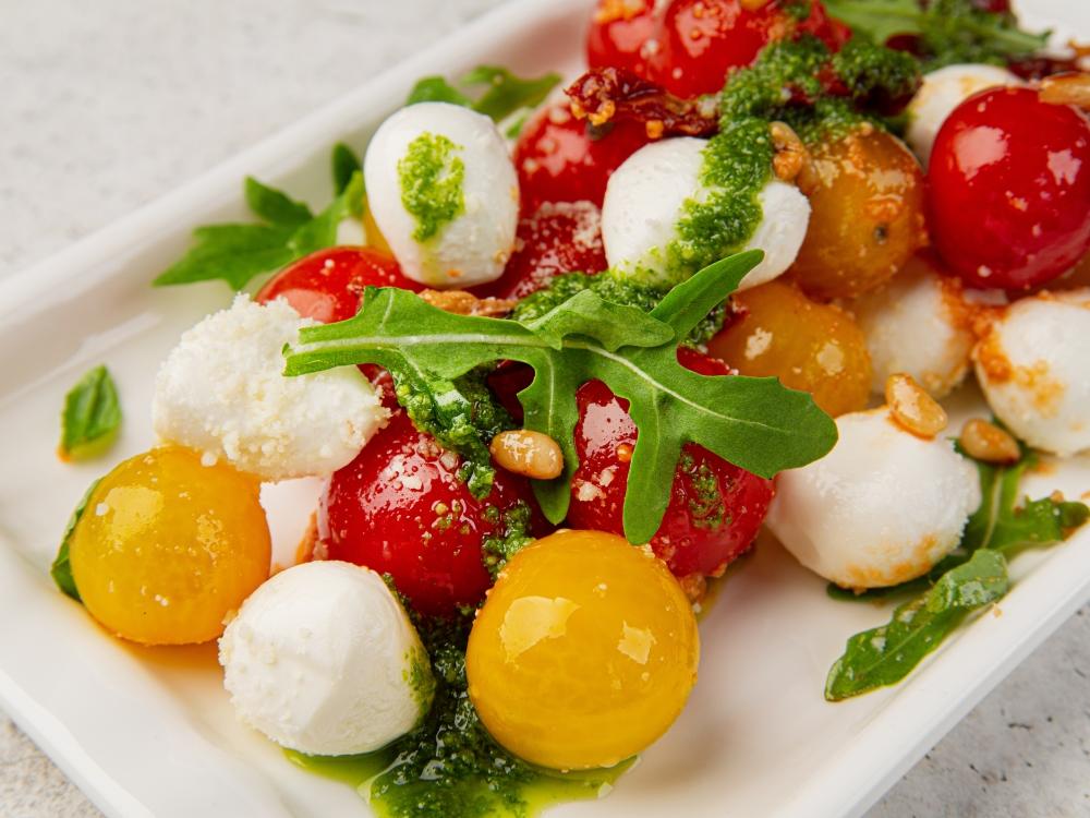 """Салат """"Капрезе"""" с песто и вялеными томатами"""