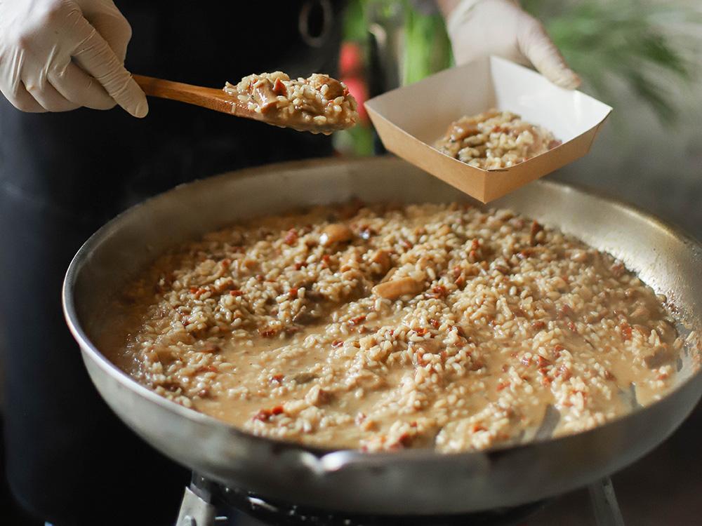Ризотто с белыми грибами, вялеными томатами и копченым сыром скаморца.